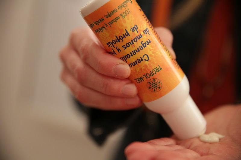 Cómo evitar grietas en la piel con crema de propólis