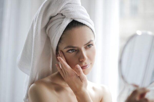 Manchas en la piel: qué son y cómo evitarlas de manera natural